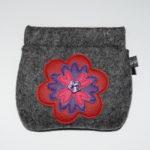 Retro-Nr. 2: mittelgraumeliert mit Blume in rot lila pink und lila Knopf (12€)