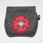 Retro-Nr. 5: mittelgraumeliert mit Blume in rot pink rot und Metallherzknopf (12€)