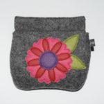 Retro-Nr. 1: mittelgraumeliert mit Blume in pink rot lila und Filz-Blättern (12€)